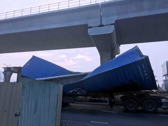 Xe container kéo sập dầm cầu bộ hành đang xây ở cửa ngõ Sài Gòn - ảnh 3