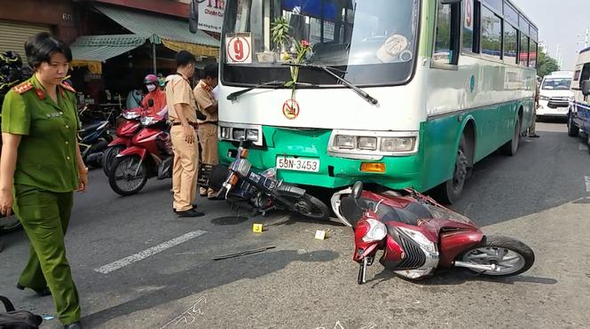 Xe buýt tông cả chục xe máy dừng đèn đỏ trên đường phố Sài Gòn - ảnh 1