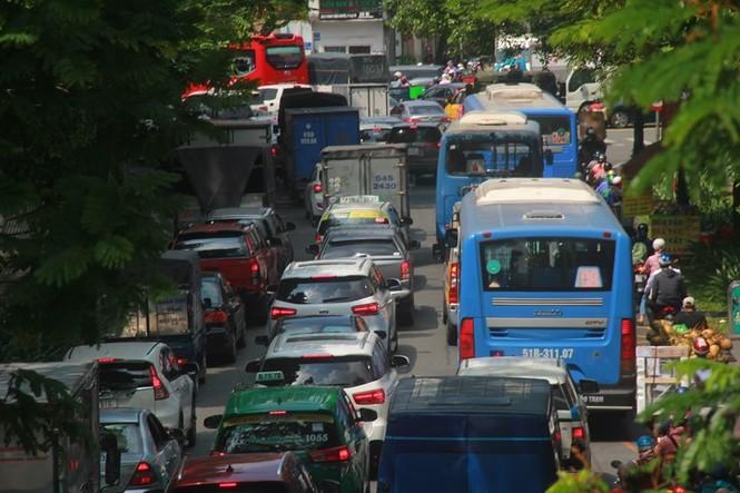 Cửa ngõ sân bay Tân Sơn Nhất kẹt xe kinh hoàng giữa trưa - ảnh 1