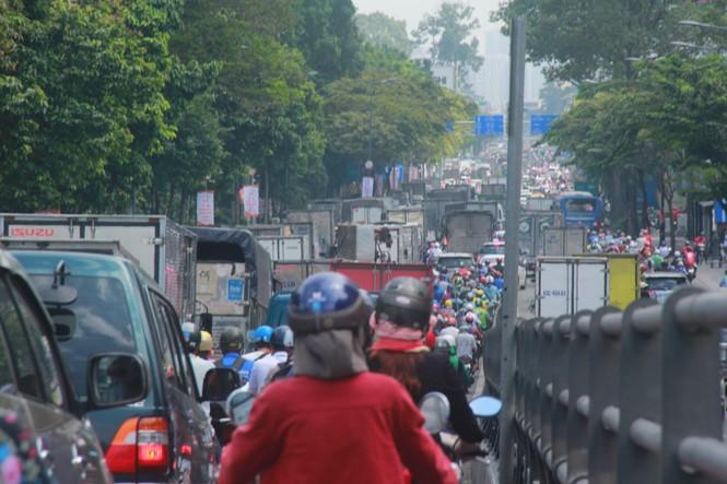 Cửa ngõ sân bay Tân Sơn Nhất kẹt xe kinh hoàng giữa trưa - ảnh 2
