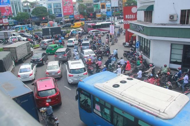 Cửa ngõ sân bay Tân Sơn Nhất kẹt xe kinh hoàng giữa trưa - ảnh 3