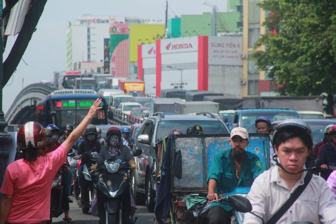 Cửa ngõ sân bay Tân Sơn Nhất kẹt xe kinh hoàng giữa trưa - ảnh 4
