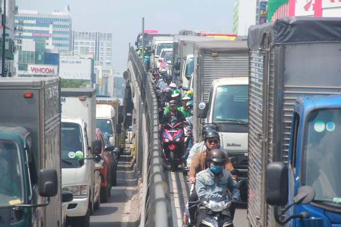 Cửa ngõ sân bay Tân Sơn Nhất kẹt xe kinh hoàng giữa trưa - ảnh 5