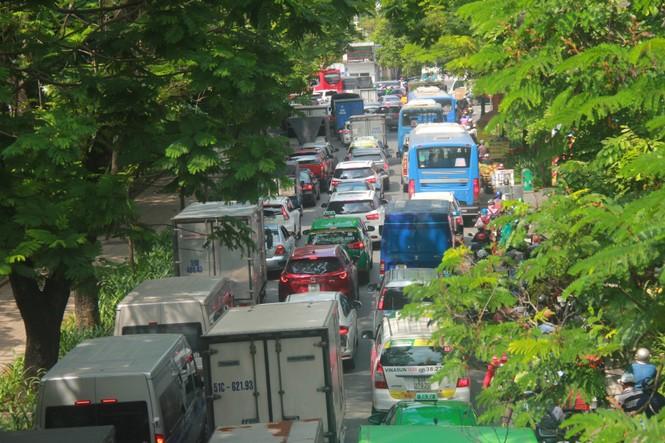 Cửa ngõ sân bay Tân Sơn Nhất kẹt xe kinh hoàng giữa trưa - ảnh 6