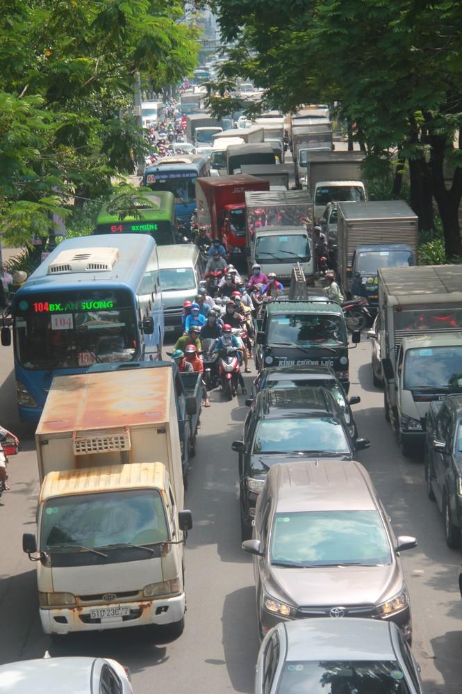 Cửa ngõ sân bay Tân Sơn Nhất kẹt xe kinh hoàng giữa trưa - ảnh 8