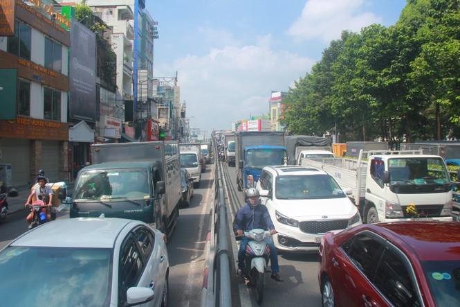 Cửa ngõ sân bay Tân Sơn Nhất kẹt xe kinh hoàng giữa trưa - ảnh 9