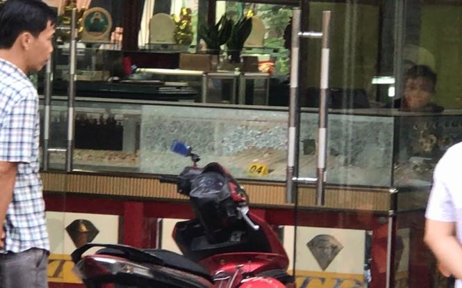 Nổ súng cướp tiệm vàng táo tợn ở Sài Gòn - ảnh 1