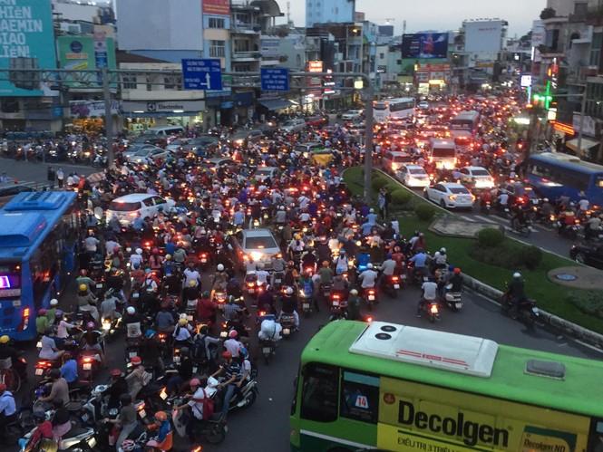 Cửa ngõ Sài Gòn kẹt xe kinh hoàng trước trận Việt Nam vs Thái Lan - ảnh 2