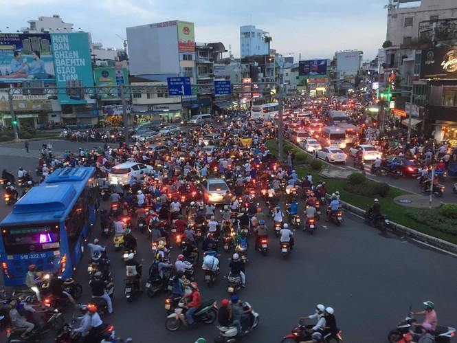 Cửa ngõ Sài Gòn kẹt xe kinh hoàng trước trận Việt Nam vs Thái Lan - ảnh 4