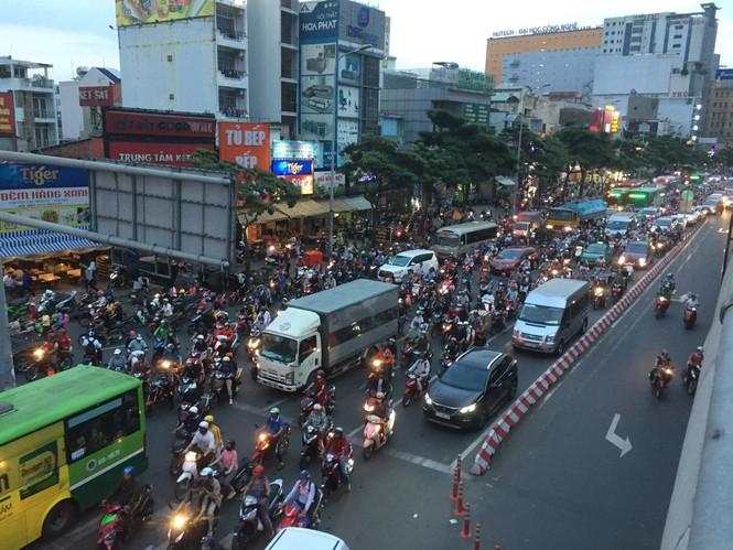 Cửa ngõ Sài Gòn kẹt xe kinh hoàng trước trận Việt Nam vs Thái Lan - ảnh 5