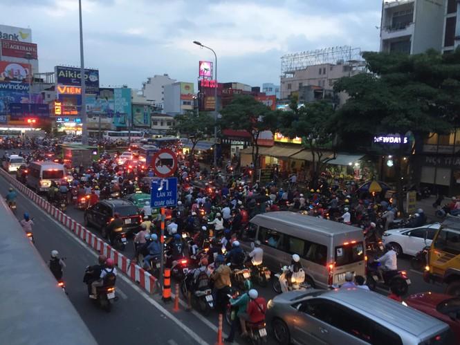 Cửa ngõ Sài Gòn kẹt xe kinh hoàng trước trận Việt Nam vs Thái Lan - ảnh 6