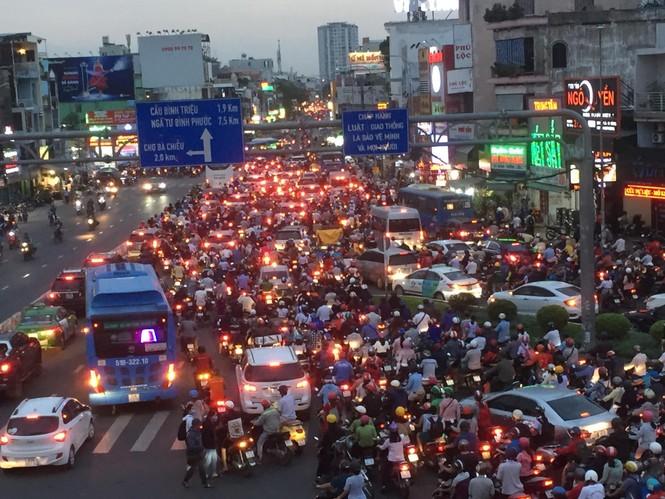 Cửa ngõ Sài Gòn kẹt xe kinh hoàng trước trận Việt Nam vs Thái Lan - ảnh 7