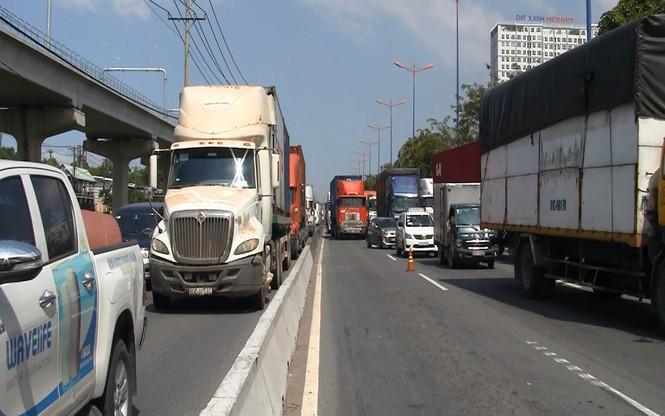 Tai nạn liên hoàn ít nhất 1 người chết, cửa ngõ Sài Gòn kẹt xe nghiêm trọng  - ảnh 3