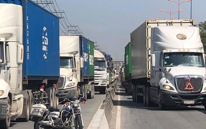 Tai nạn liên hoàn ít nhất 1 người chết, cửa ngõ Sài Gòn kẹt xe nghiêm trọng  - ảnh 2
