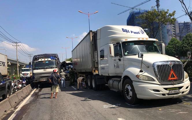 Tai nạn liên hoàn ít nhất 1 người chết, cửa ngõ Sài Gòn kẹt xe nghiêm trọng  - ảnh 1