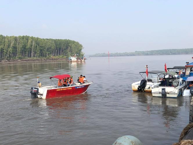 Tìm kiếm 2 người mất tích khi trục vớt tàu 8.000 tấn gặp khó khăn do thuỷ triều - ảnh 1