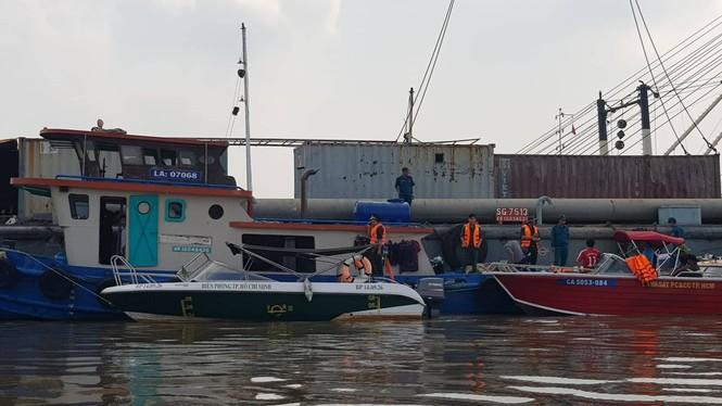 Tìm kiếm 2 người mất tích khi trục vớt tàu 8.000 tấn gặp khó khăn do thuỷ triều - ảnh 2