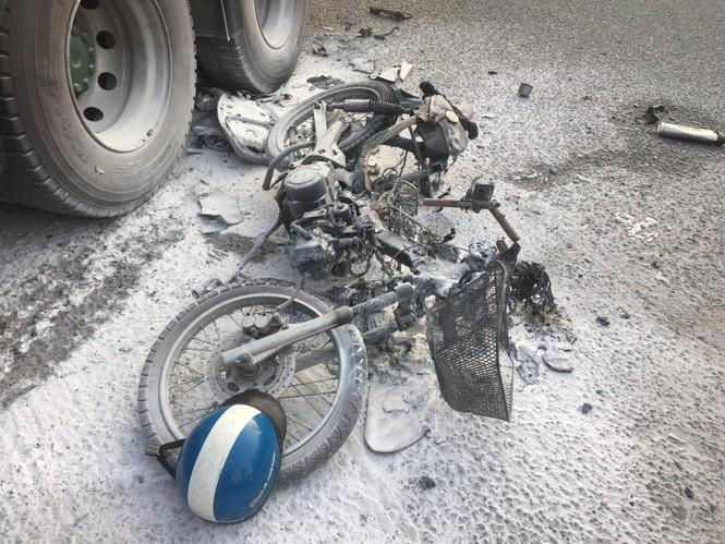 Xe máy cháy rụi sau khi bị container kéo lê trên đường - ảnh 2