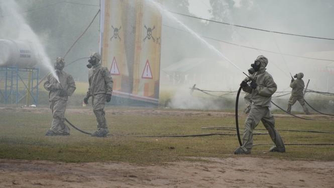 Binh sĩ và người dân Việt Nam và Campuchia diễn tập cứu nạn tại biên giới - ảnh 1