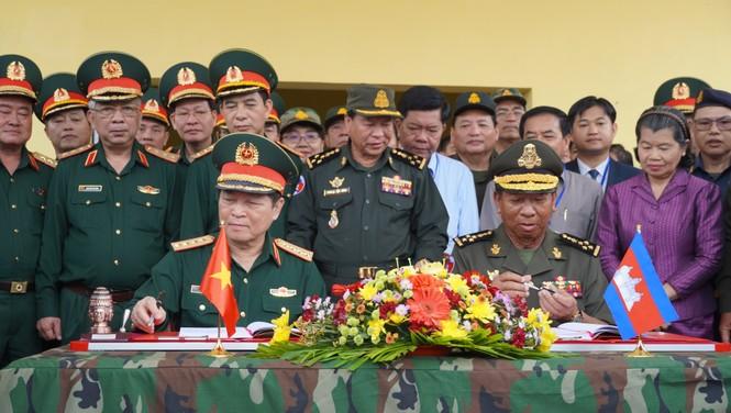 Binh sĩ và người dân Việt Nam và Campuchia diễn tập cứu nạn tại biên giới - ảnh 15