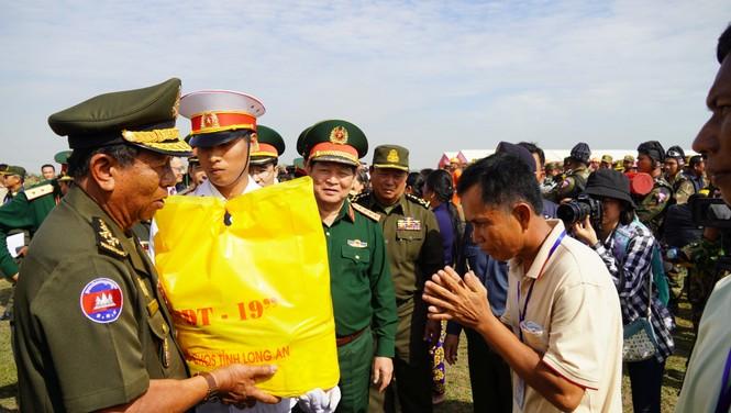 Binh sĩ và người dân Việt Nam và Campuchia diễn tập cứu nạn tại biên giới - ảnh 7