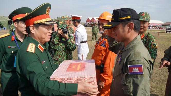 Binh sĩ và người dân Việt Nam và Campuchia diễn tập cứu nạn tại biên giới - ảnh 13