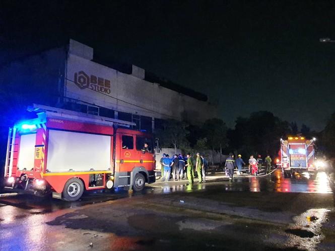 Phim trường ở Sài Gòn bốc cháy nghi ngút trong đêm, nhiều người tháo chạy - ảnh 1