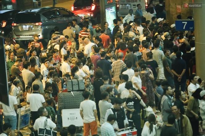 Ngủ gục ở sân bay Tân Sơn Nhất đón Việt kiều về quê ăn tết - ảnh 3