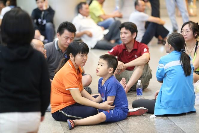 Ngủ gục ở sân bay Tân Sơn Nhất đón Việt kiều về quê ăn tết - ảnh 5