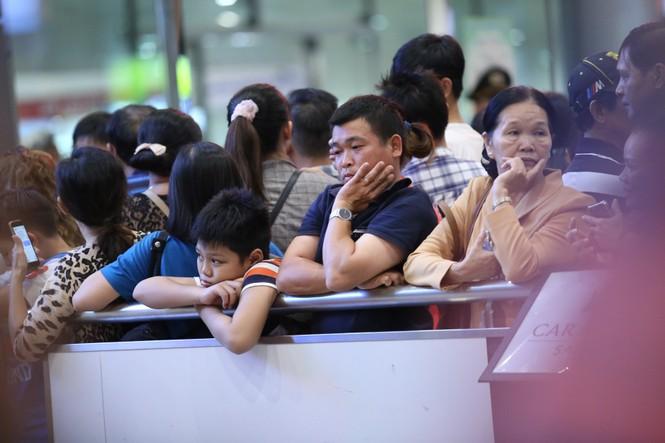 Ngủ gục ở sân bay Tân Sơn Nhất đón Việt kiều về quê ăn tết - ảnh 6