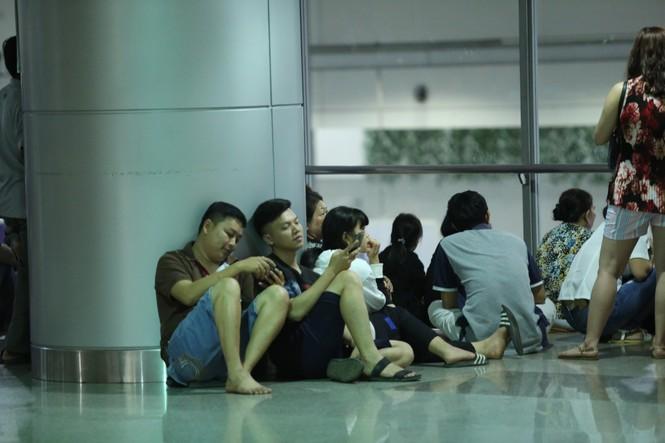 Ngủ gục ở sân bay Tân Sơn Nhất đón Việt kiều về quê ăn tết - ảnh 9