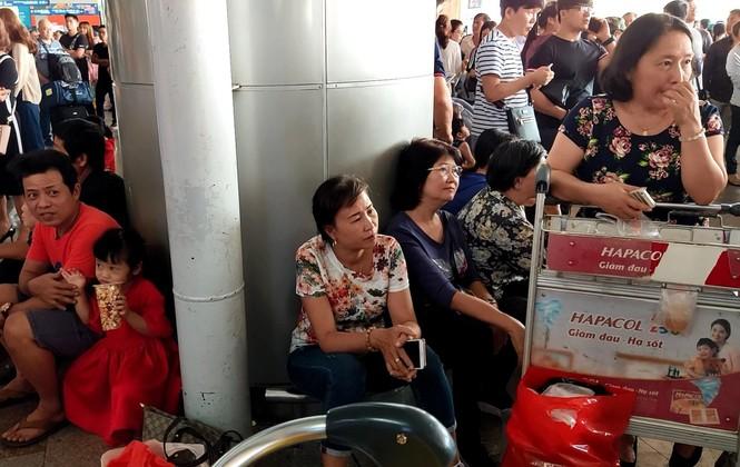 Ngủ gục ở sân bay Tân Sơn Nhất đón Việt kiều về quê ăn tết - ảnh 7