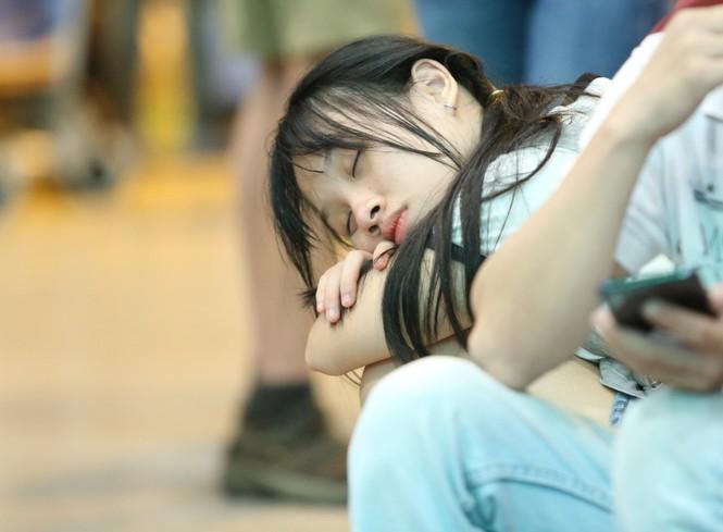 Ngủ gục ở sân bay Tân Sơn Nhất đón Việt kiều về quê ăn tết - ảnh 8