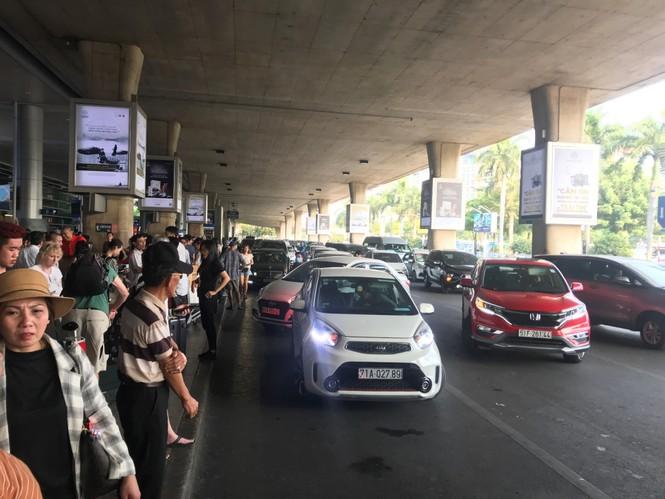 Ngủ gục ở sân bay Tân Sơn Nhất đón Việt kiều về quê ăn tết - ảnh 12