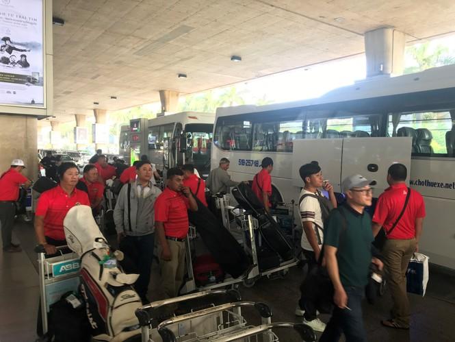 Ngủ gục ở sân bay Tân Sơn Nhất đón Việt kiều về quê ăn tết - ảnh 11