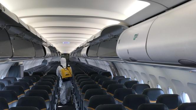 Cô gái khiến gần 100 người trên chuyến bay phải đi cách ly âm tính với Covid-19 - ảnh 1