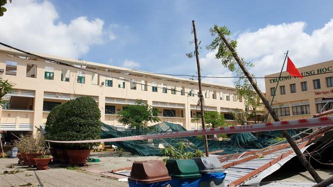 Giông lốc giật phăng mái trường học ở TPHCM - ảnh 2