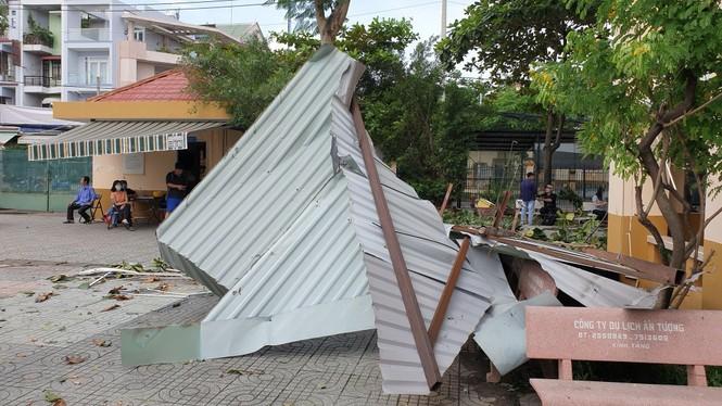 Giông lốc giật phăng mái trường học ở TPHCM - ảnh 4