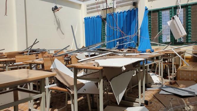 Giông lốc giật phăng mái trường học ở TPHCM - ảnh 6