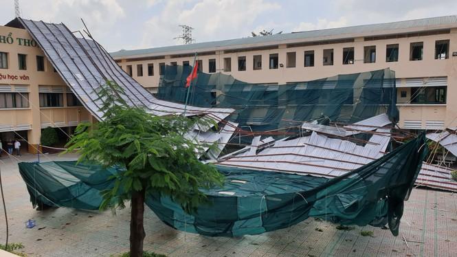 Giông lốc giật phăng mái trường học ở TPHCM - ảnh 1
