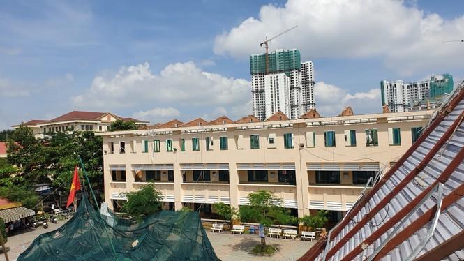 Giông lốc giật phăng mái trường học ở TPHCM - ảnh 9