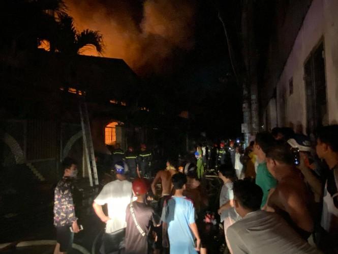TPHCM: Cháy nổ kinh hoàng tại kho chứa vải khiến cả khu dân cư phải sơ tán - Ảnh 3.