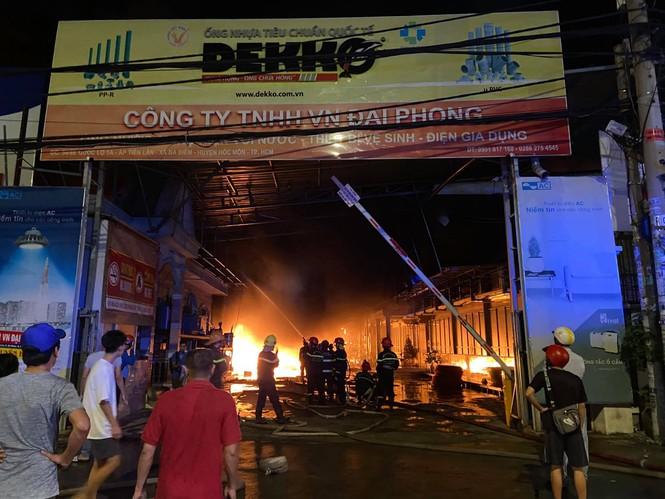 TPHCM: Cháy nổ kinh hoàng tại kho chứa vải khiến cả khu dân cư phải sơ tán - ảnh 1
