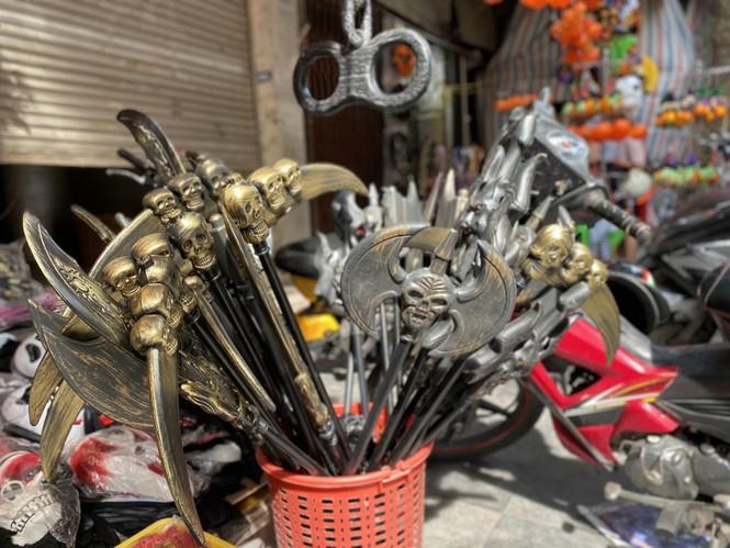 Phố Hàng Mã đồ chơi càng kinh dị càng đắt khách dịp Halloween - ảnh 6