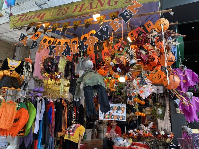 Phố Hàng Mã đồ chơi càng kinh dị càng đắt khách dịp Halloween - ảnh 1