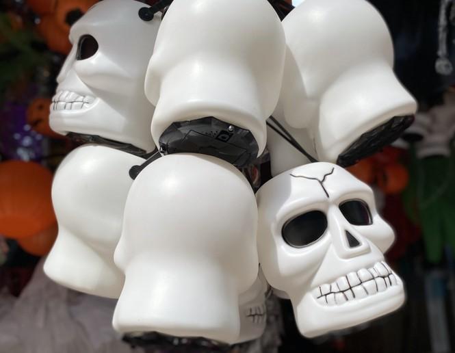 Phố Hàng Mã đồ chơi càng kinh dị càng đắt khách dịp Halloween - ảnh 5