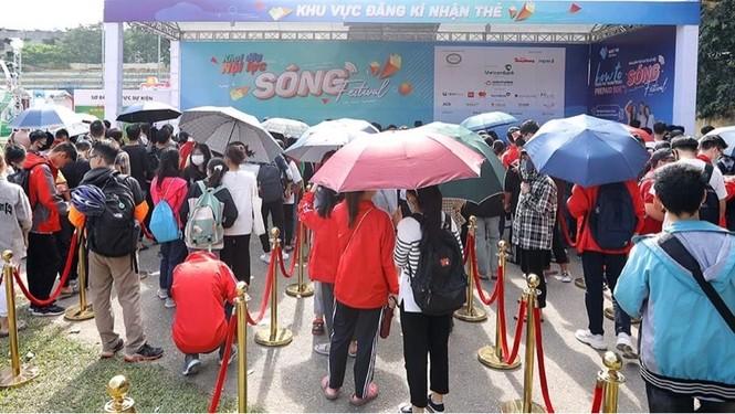 Các bạn trẻ 'đội nắng' trải nghiệm Sóng Festival, BTC phát thêm 1.000 thẻ chip miễn phí - ảnh 1