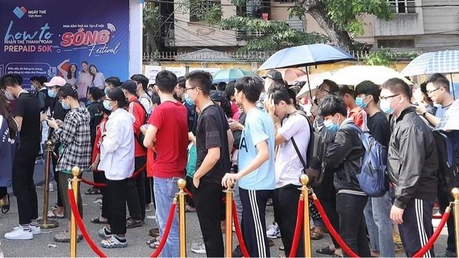 Các bạn trẻ 'đội nắng' trải nghiệm Sóng Festival, BTC phát thêm 1.000 thẻ chip miễn phí - ảnh 2