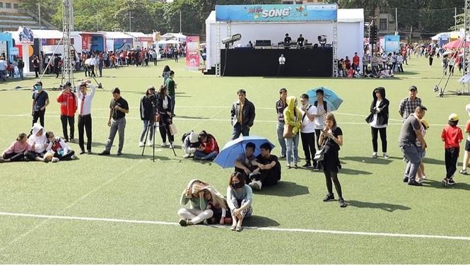 Các bạn trẻ 'đội nắng' trải nghiệm Sóng Festival, BTC phát thêm 1.000 thẻ chip miễn phí - ảnh 7