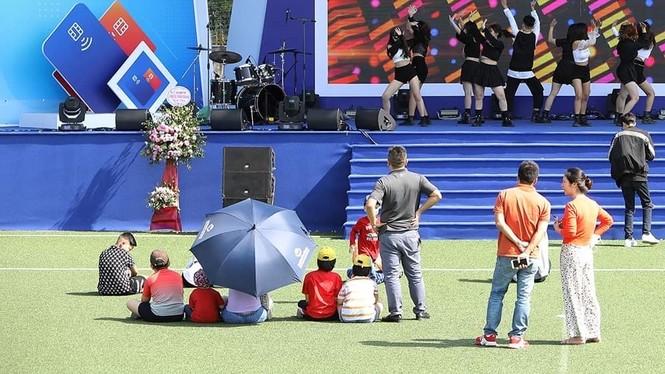 Các bạn trẻ 'đội nắng' trải nghiệm Sóng Festival, BTC phát thêm 1.000 thẻ chip miễn phí - ảnh 6